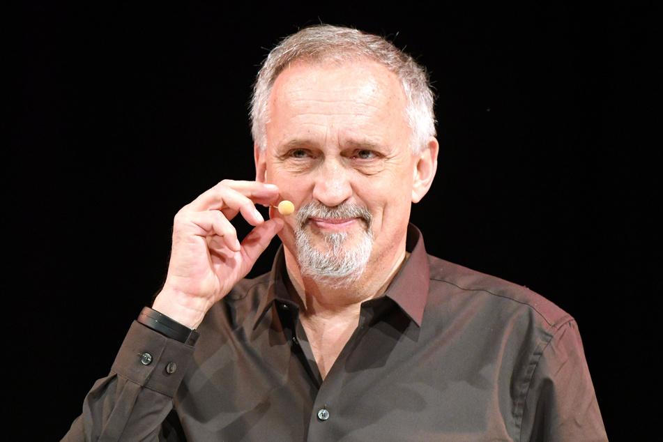 Der dänische Autor Jussi Adler-Olsen bei einer Lesung in Köln im Jahr 2017. (Archivbild)