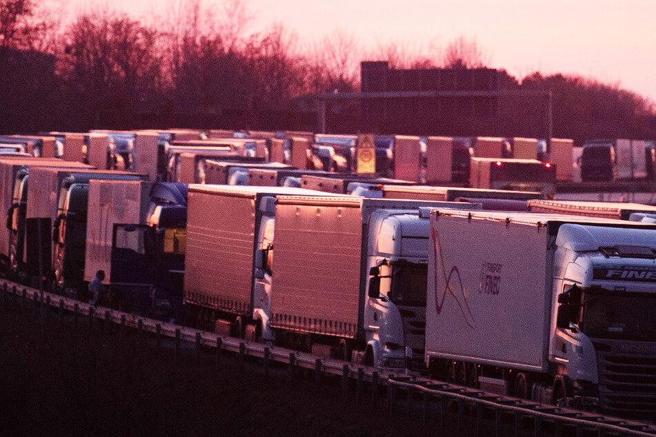 Tausende Brummifahrer müssen in einem auf rund 60 Kilometer Länge angewachsenen Stau vor der Grenze zu Polen ausharren. Damit sich so etwas nicht wiederholt, wurde das Sonntagsfahrverbot vorübergehend aufgehoben.