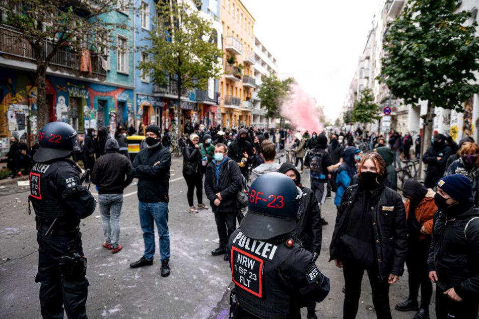 """Polizisten und Demonstranten stehen sich bei der Räumung der """"Liebig 34"""" gegenüber. Während der Polizeiaktion soll es auch Übergriffe auf Journalisten gegeben haben."""