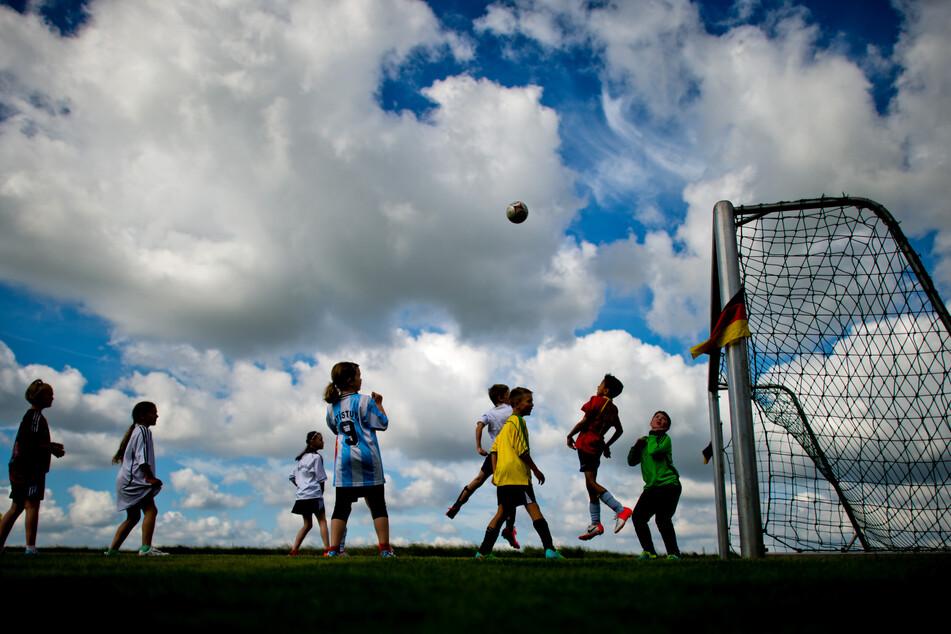 Nach den neuen Corona-Regeln dürfen Kinder (bis 14 Jahre) ab dem 15. Mai Kontaktsport unter freiem Himmel in einer Gruppe bis 20 Personen ausüben. (Symbolfoto)