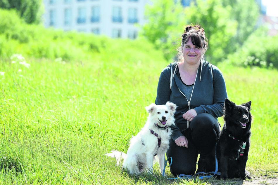 Anne (30) hat die rumänischen Straßenhunde Nuniqu und Iona zu sich geholt. Sie fordert die Stadt auf, mehr Mülleimer und Kotbehälter aufzustellen - vor allem an den beliebten Elbwiesen zwischen Fährgarten und Blauem Wunder.
