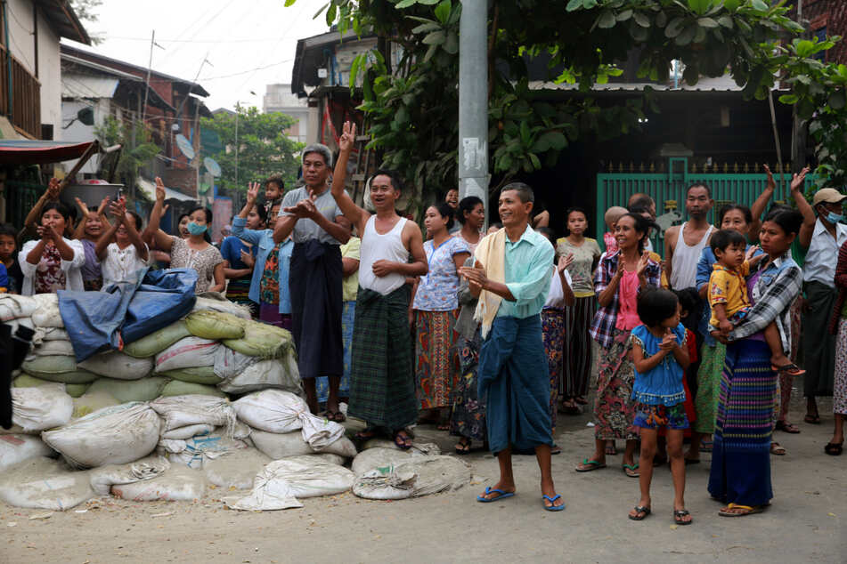 Mandalay: Anwohner zeigen den Dreifingergruß während einer Demonstration gegen die Militärjunta.