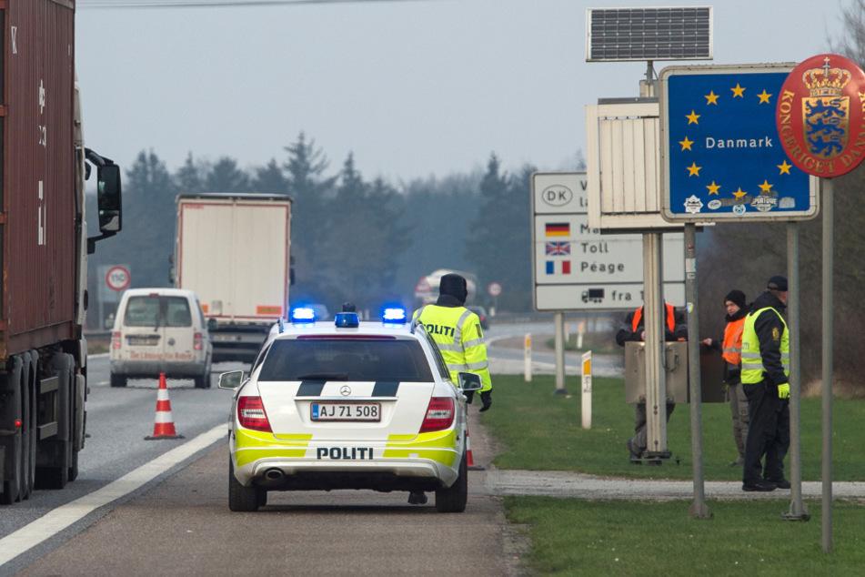 Dänische Polizisten kontrollieren an dem deutsch-dänischen Grenzübergang auf der Autobahn 7 den Verkehr.