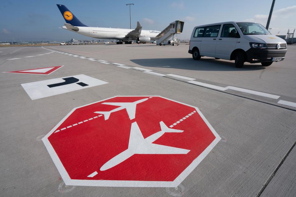 Verkehrzeichen sind auf dem Vorfeld des Frankfurter Flughafens auf der Fahrbahn aufgetragen.