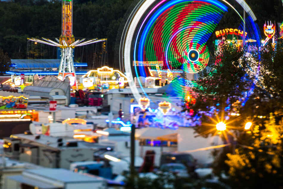 Karussells drehen sich auf dem Frankfurter Volksfest Dippemess (Aufnahme mit Langzeitbelichtung).