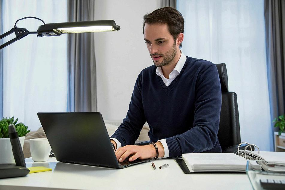 Im Home-Office bitte nicht von der Couch aus arbeiten, sondern an einem hellen und ergonomisch günstigen Arbeitsplatz! Das empfiehlt der Arbeitspsychologe Hannes Zacher (40).