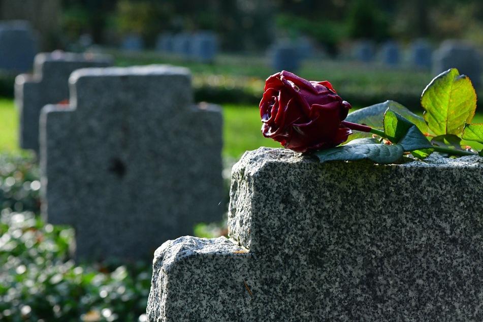 Insgesamt starben 2020 in NRW 214.313 Menschen. Der Zuwachs geht vor allem auf einen Anstieg der Gestorbenen-Zahlen in der Altersgruppe ab 80 zurück. (Symbolbild)