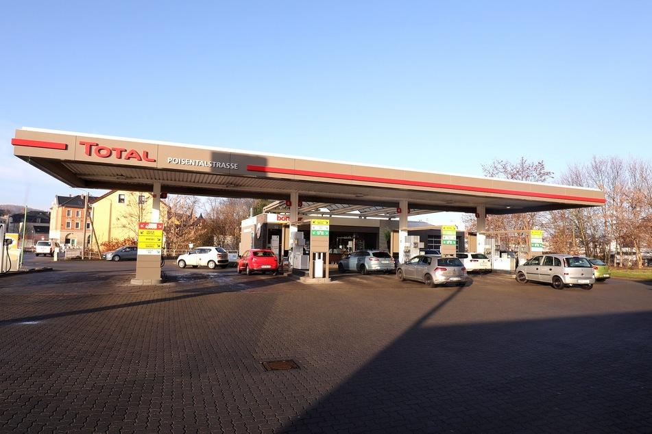 Tankstelle in Freital überfallen: Angestellte mit Messer bedroht