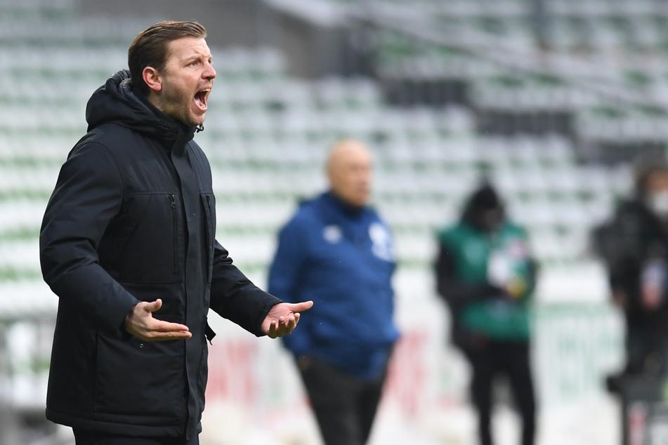 Werder Bremens Trainer Florian Kohfeldt (l.) konnte mit der Leistung seiner Mannschaft nicht zufrieden sein, rettete aber immerhin ein Unentschieden gegen den Tabellenletzten.