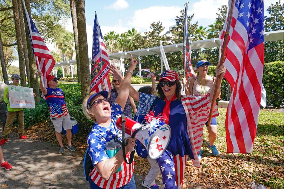 Orlando: Marcia English (M.) singt zusammen mit weiteren Anhängern des ehemaligen US-Präsidenten Trump vor dem Veranstaltungsort der Conservative Political Action Conference (CPAC).