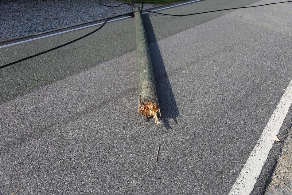 Bei dem Unfall wurden auch zwei Strommaste gefällt.