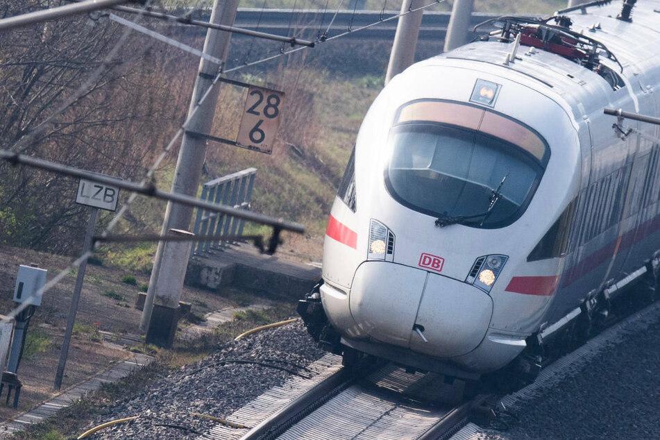 ICE steckt nach Blitzeinschlag fest: Bahnverkehr in Berlin und Brandenburg eingeschränkt