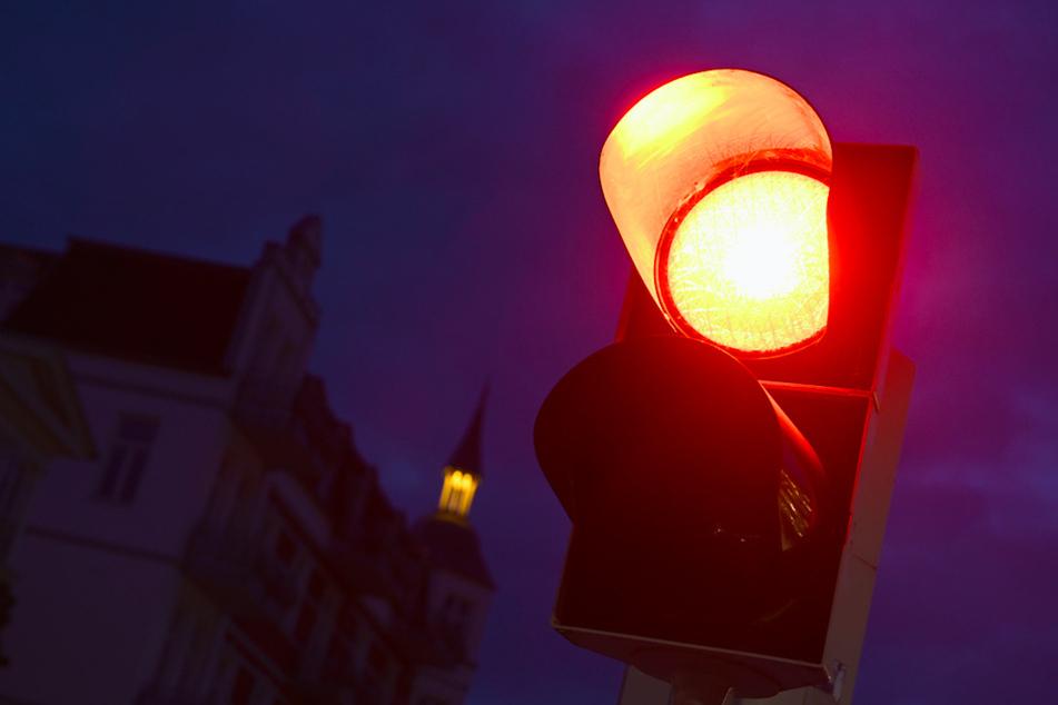 Weil er trotz roter Ampel links abbog, verursachte ein Mann in Schwaben einen Unfall. (Symbolbild)
