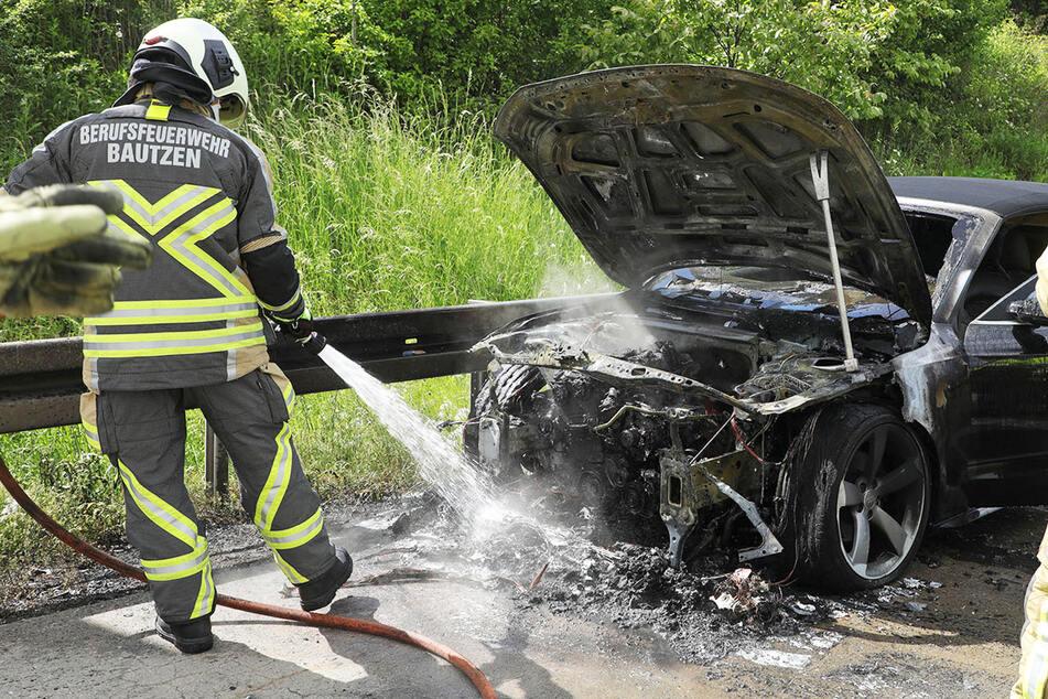 Unfall A17: Audi brennt lichterloh: Kilometerlanger Stau auf A17