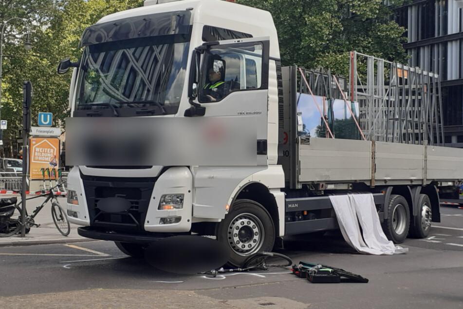 Tödlicher Unfall in Kölner City: Radfahrerin wird von Lkw erfasst und stirbt