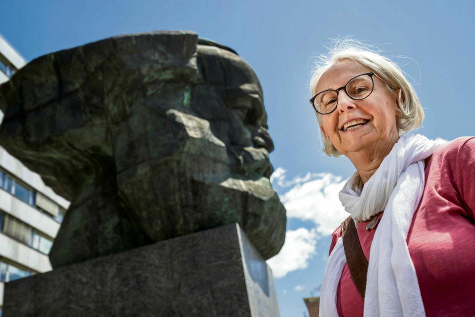 Erläutert am Pfingstmontag, warum es vor genau 30 Jahren plötzlich weniger Karl Marx in der Stadt gab: Gästeführerin Ramona Wagner (63).