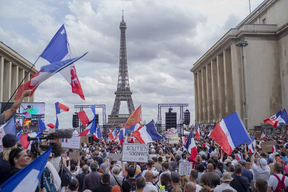 Demonstranten nehmen an einem Protest gegen die Impfpflicht für bestimmte Arbeitszweige und den von der Regierung geforderten obligatorischen Impfass teil.