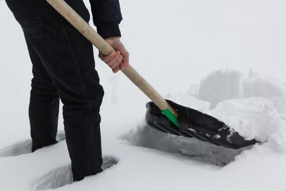 Mann schippt in aller Frühe Schnee: Dann schlägt er seine Nachbarin und drückt ihren Kopf in den Schnee