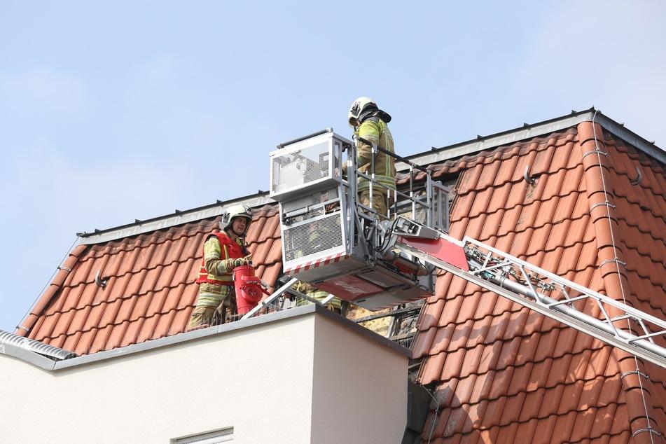 Die Feuerwehr musste nur noch die Reste des Dachbrandes löschen.