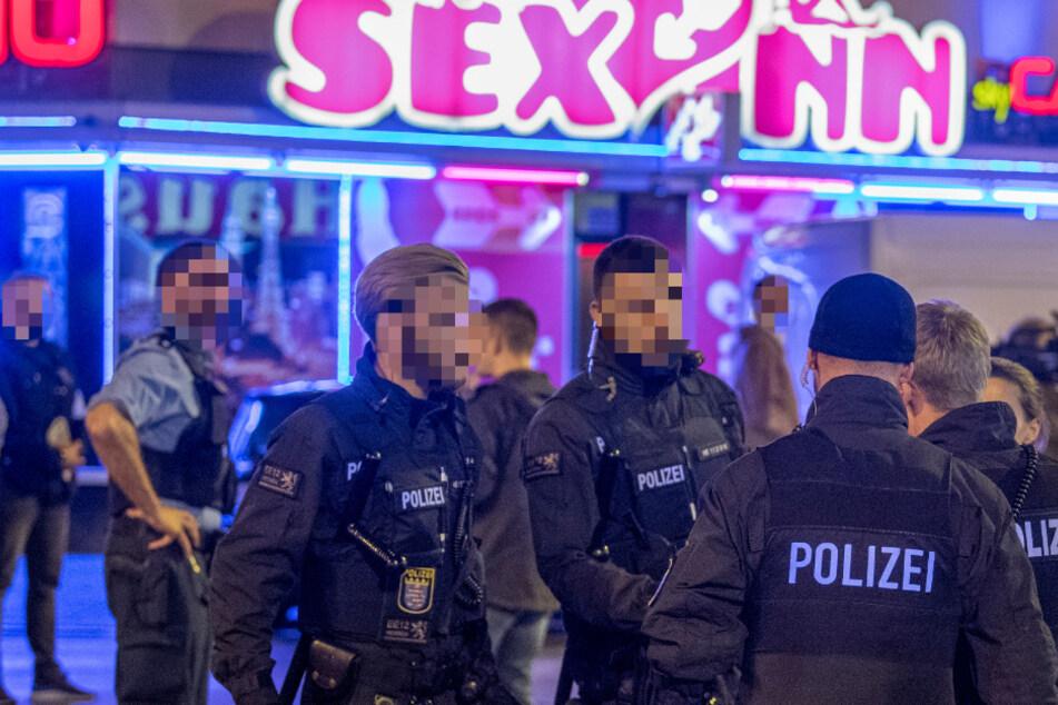 Polizei ertappt jungen Mann (24) bei mutmaßlicher Straßenprostitution, dann fliegen die Fäuste