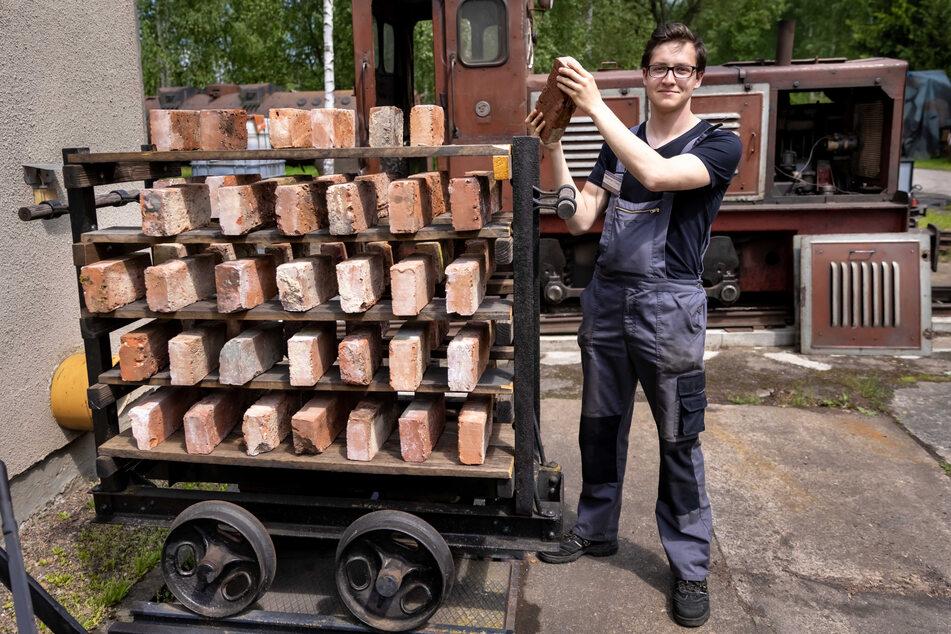 """""""Feldbahner"""" Maximilian Thieme (22) präsentiert einen rund 100 Jahre alten Etagenwagen, der einst Ziegel transportierte."""
