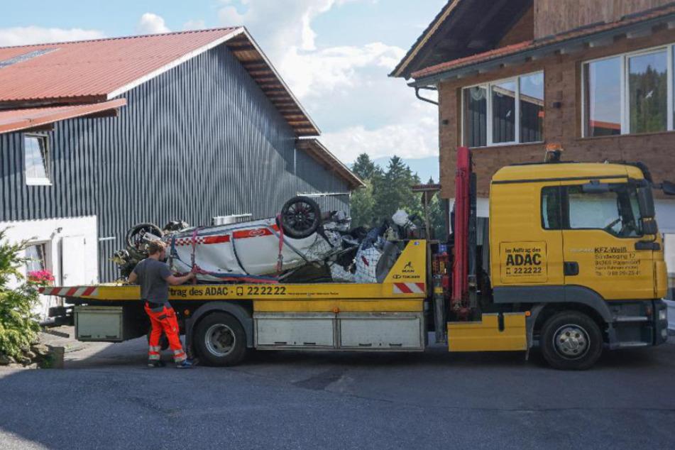 Ein Abschleppwagen befestigt das zerstörte Auto.