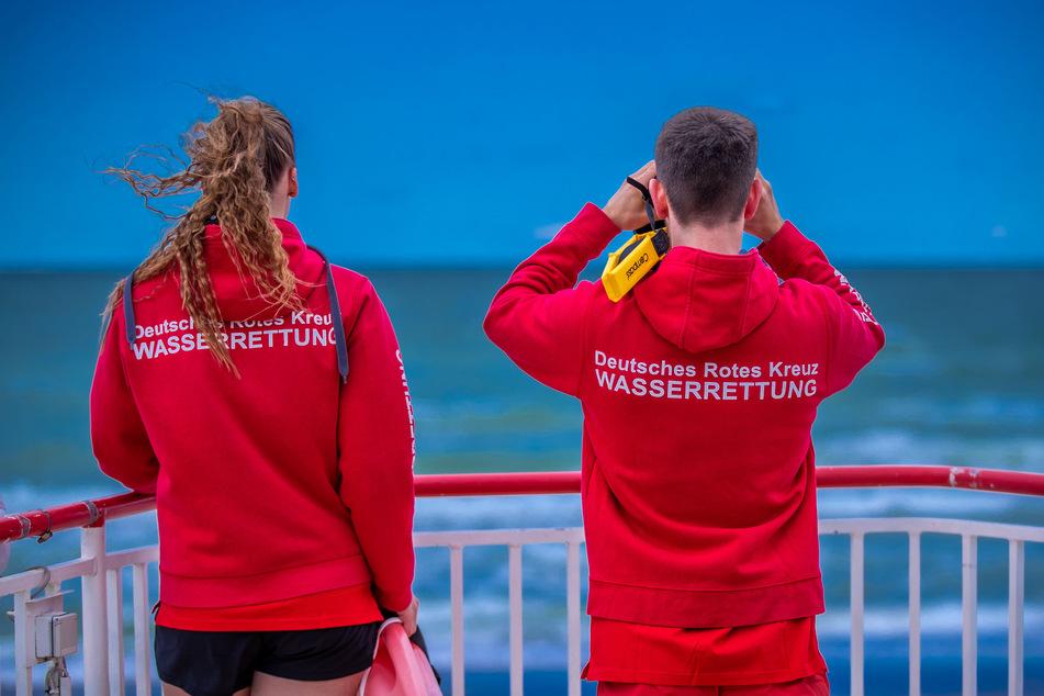 Zahlreiche Rettungskräfte der Feuerwehr und der Deutschen Lebens-Rettungs-Gesellschaft (DLRG) suchten mit mehreren Booten und Tauchern nach dem Vermissten. (Symbolbild)