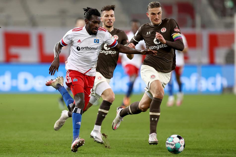 St.-Pauli-Kapitän Philipp Ziereis (28, r.) freut sich auf die neue Zweitliga-Saison, denkt aber nicht über den Aufstieg nach. (Archivfoto)