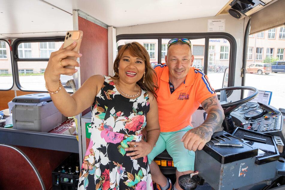 Weil die Tour so cool ist, knipst Pisei (29) auch ein Selfie mit Busfahrer Nico Bauer (45).