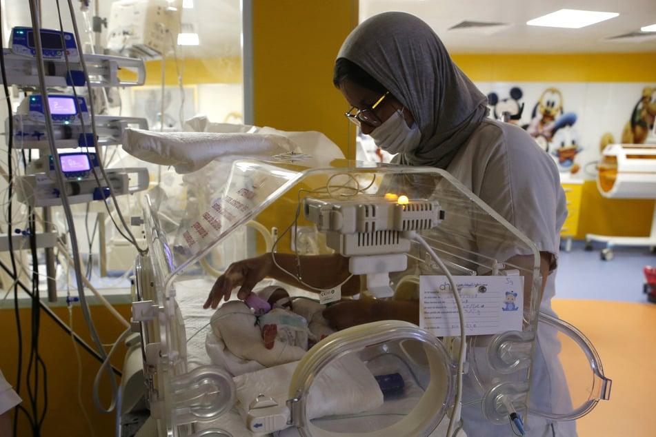 Eine Krankenschwester kümmert sich an einem Inkubator auf der Entbindungsstation der Privatklinik von Ain Borja um eines der neun Kinder, die eine Frau aus Mali per Kaiserschnitt zur Welt gebracht hat.