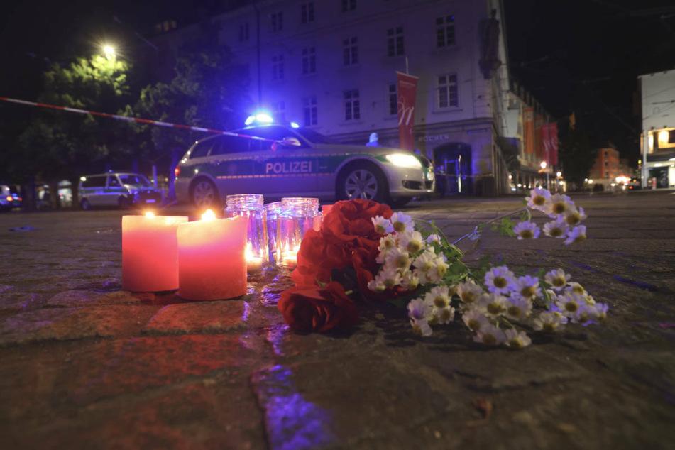 In der Mainstadt herrschte am Abend Entsetzen. Menschen stellten in der Nähe des Tatorts brennende Kerzen in Gedenken an die Opfer auf.