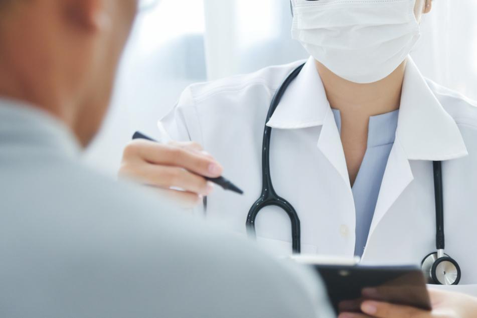 Maske verweigert! Klinik schickt Mann mit kaputter Schulter wieder nach Hause