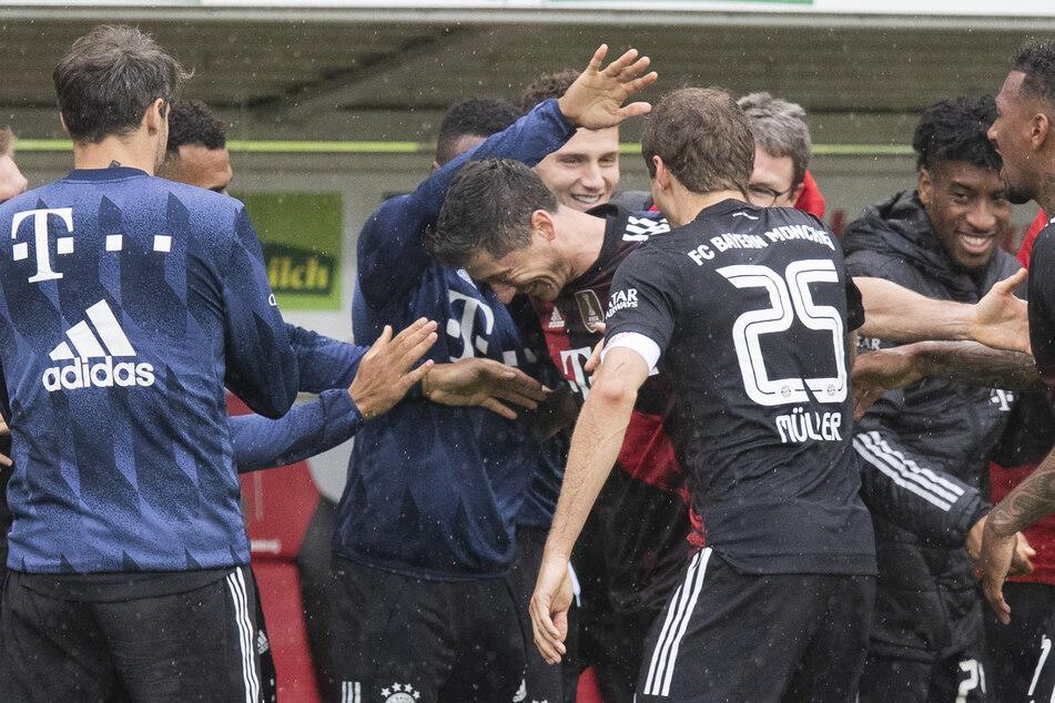 Robert Lewandowski (32, M.) traf für den FC Bayern München gegen den SC Freiburg und zog mit seinem Treffer mit Legende Gerd Müller (75) gleich.