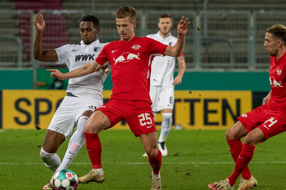 Augsburgs Reece Oxford (22, l.) und Leipzigs Daniel Olmo (22) im Kampf um den Ball. Ein Duell, das es am Freitagabend durchaus wieder geben könnte.