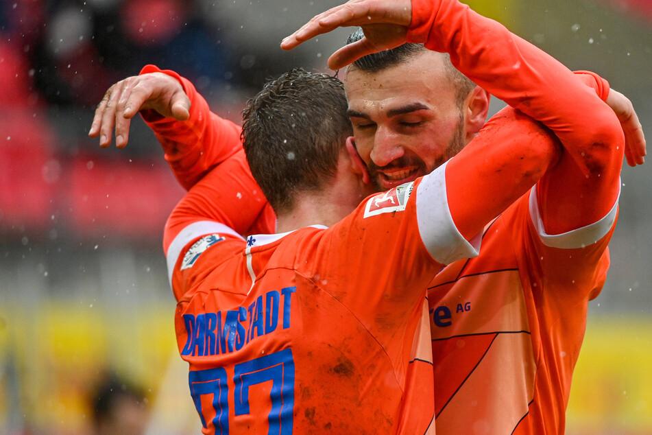 Serdar Dursun (r.) vom SV Darmstadt 98 bejubelt Tim Skarkes Treffer zum 1:0 beim SSV Jahn Regensburg.