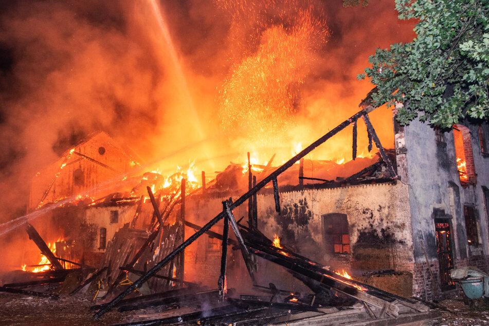 Der Stall brennt lichterloh. Ersten Schätzungen zufolge entstand dabei ein Sachschaden von etwa 150.000 Euro.
