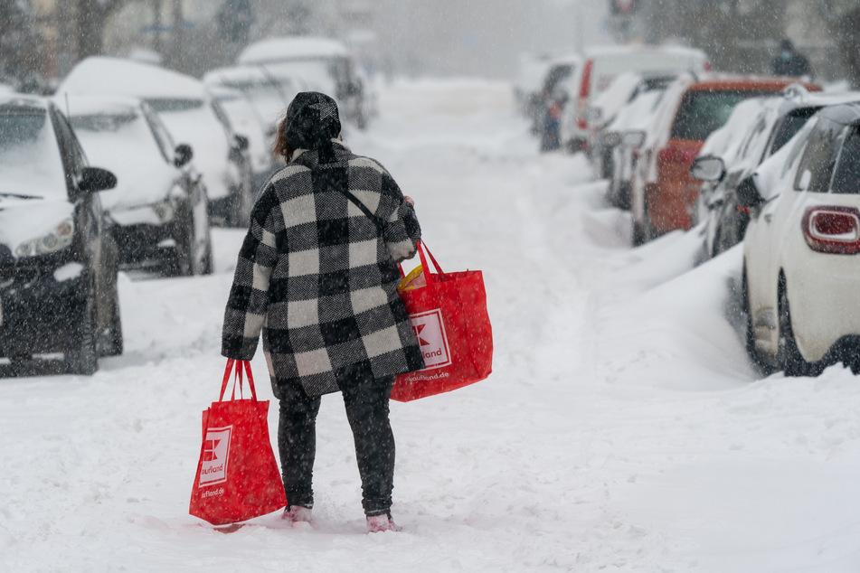 Auch das Einkaufen von Lebensmitteln wird durch das Schnee-Chaos zur Herausforderung.