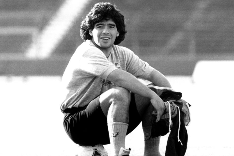 Diego Armando Maradona (✝60) war einer der besten Fußballspieler aller Zeiten, der mit seinen Fähigkeiten auf dem Spielfeld Millionen Fans auf der ganzen Welt verzauberte.