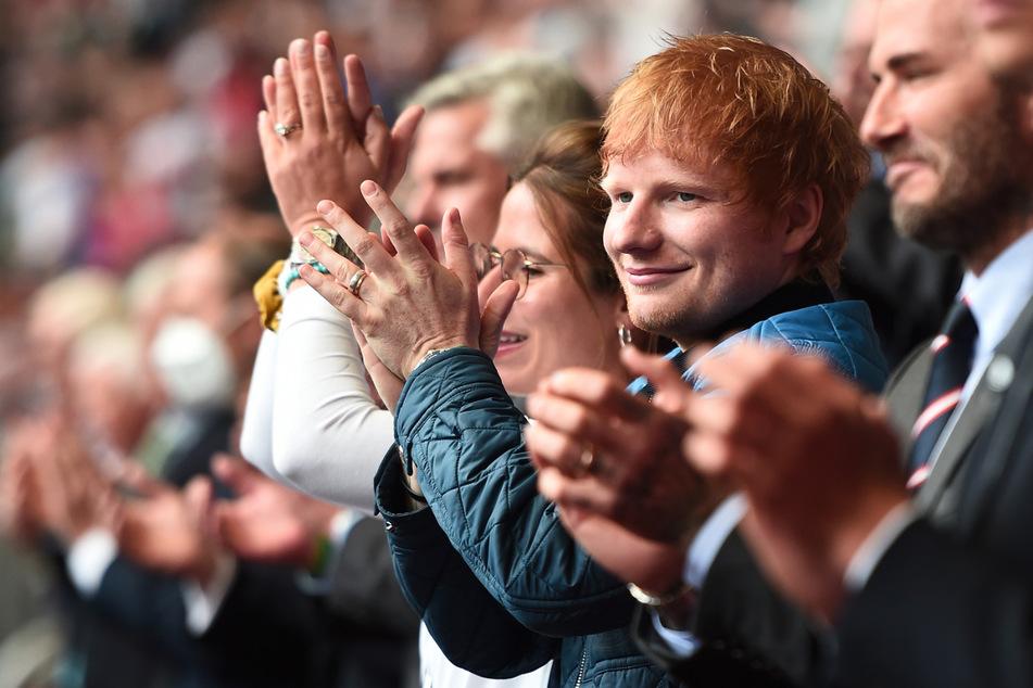 Pop-Star Ed Sheeran (30) zu Besuch im Wembley-Stadion: Der Sänger will den Pokal unbedingt nach Hause holen.