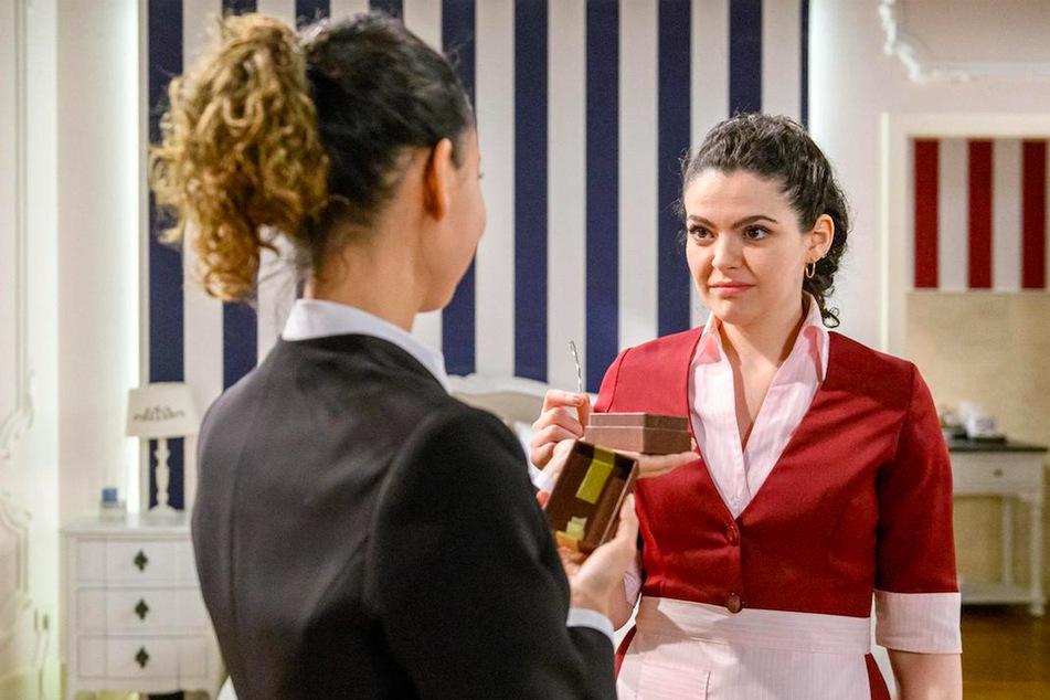 Shirin (r., Merve Çakir) erkennt im Gespräch mit Vanessa (l., Jeannine Gaspár), dass sie mit Florian nicht glücklich werden kann.