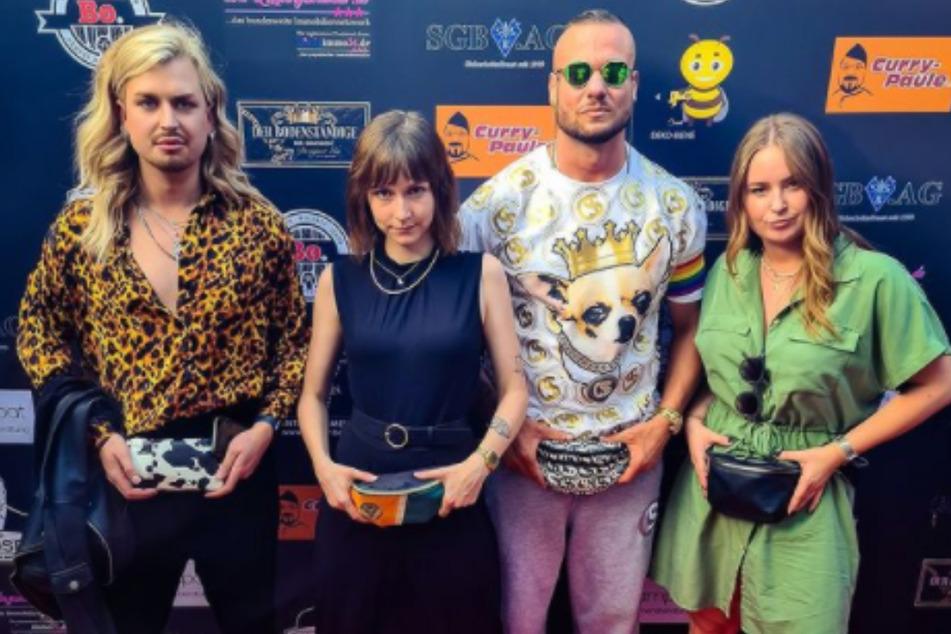 Die Trashkurs-Mädels Tessa (2.v.l.) und Lena (r.) posieren mit Modeschöpfer Eric Sindermann (32, 2.v.r.) und Begleiter Martin.