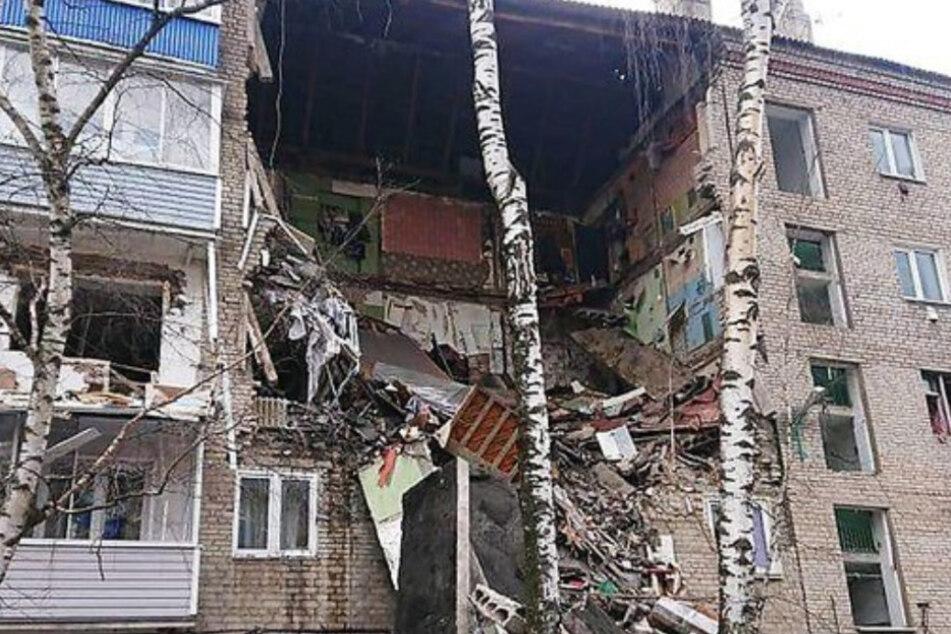 Wohnhaus stürzt bei Gasexplosion ein, Toter und Verletzte