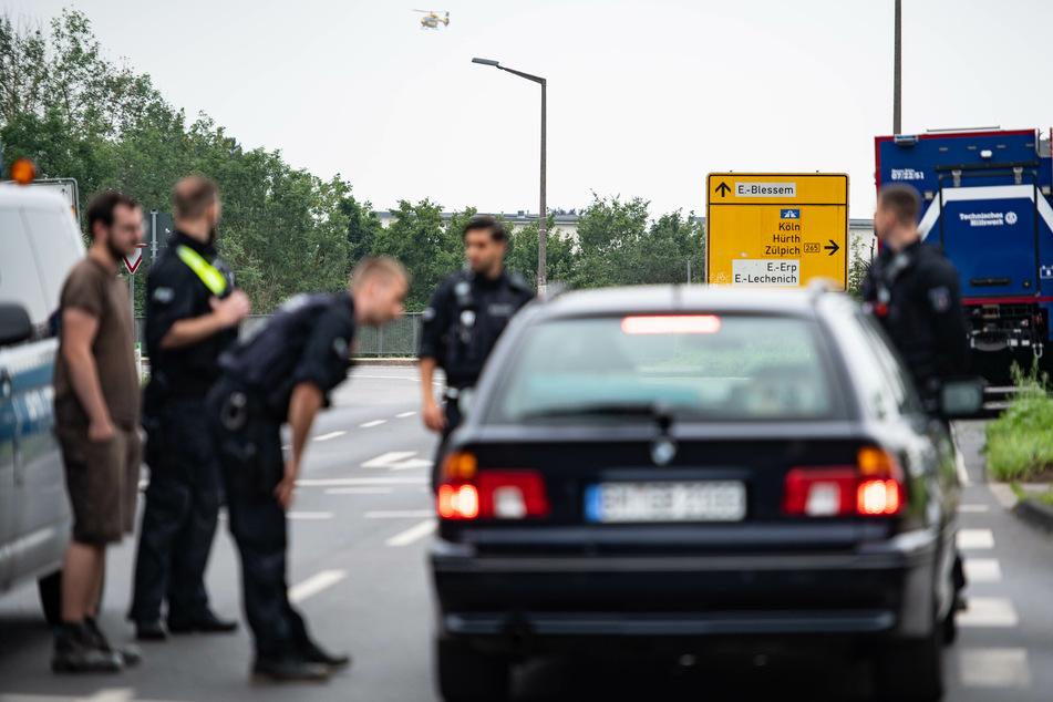 Polizisten sperren weiterhin die Zufahrt zum Ortsteil Erftstadt-Blessem ab.