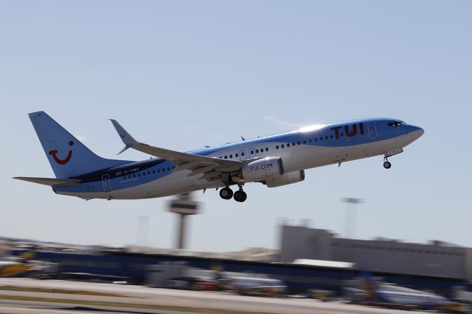 Ein TUI-Flugzeug startet vom Flughafen Palma. (Archivbild)