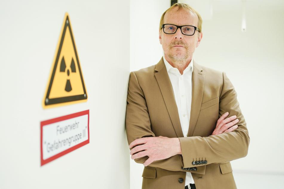 Gerhard Gründer am Zentralinstitut für Seelische Gesundheit, steht in einem Flur des Zentralinstituts an einer Tür.