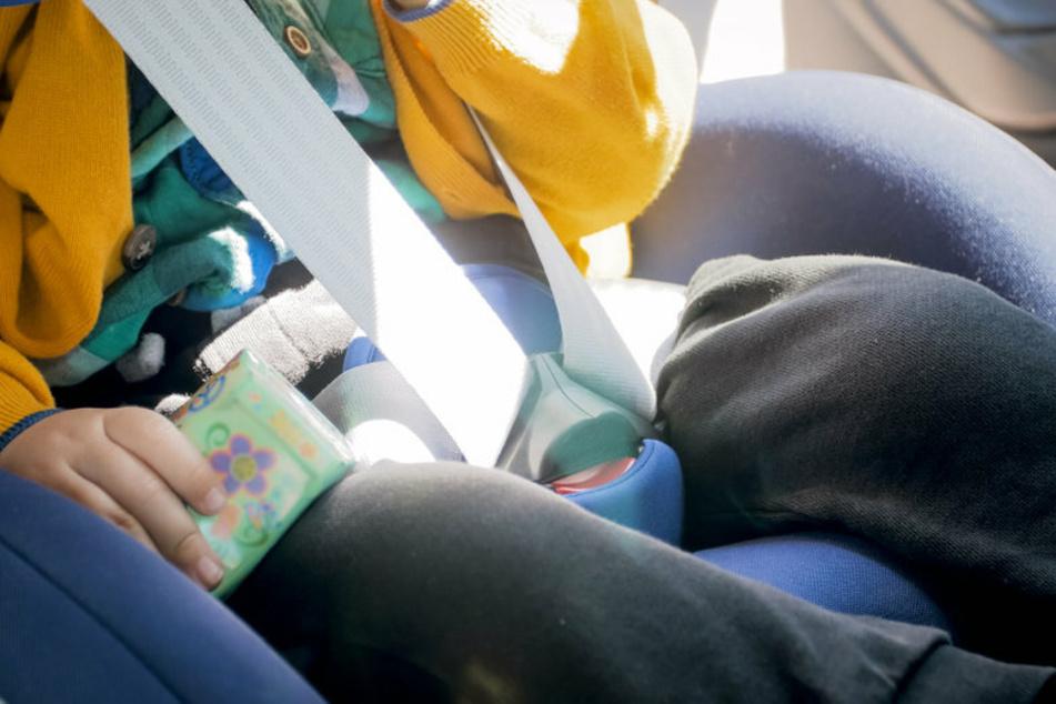 Ein kleiner Junge war alleine im Auto. Glücklicherweise konnte er von der Feuerwehr befreit werden. (Symbolfoto)