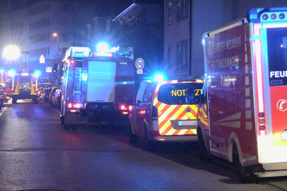 Der lebensgefährlich verletzte Bewohner (58) wurde noch vor Ort von einem Notarzt versorgt.