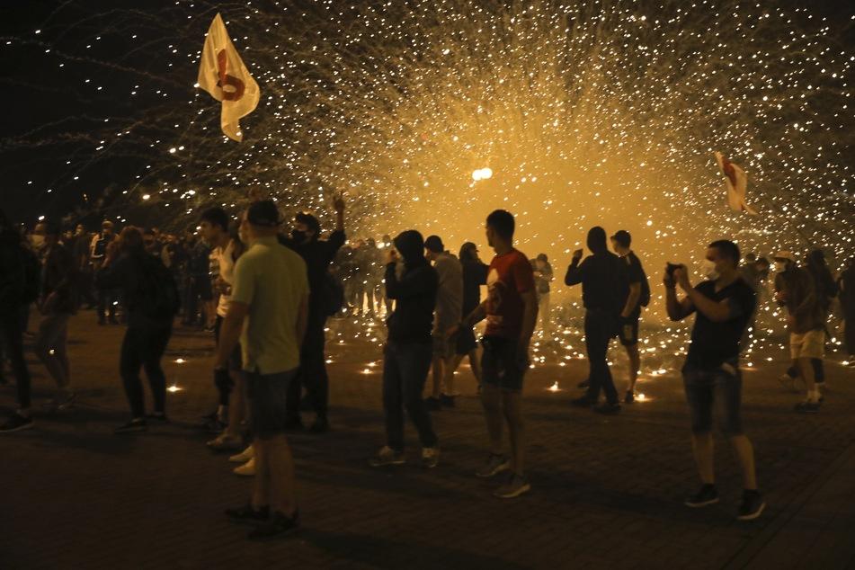 Die Polizei setzt bei einem Protest nach der Präsidentenwahl Rauchgranaten gegen Demonstranten ein.