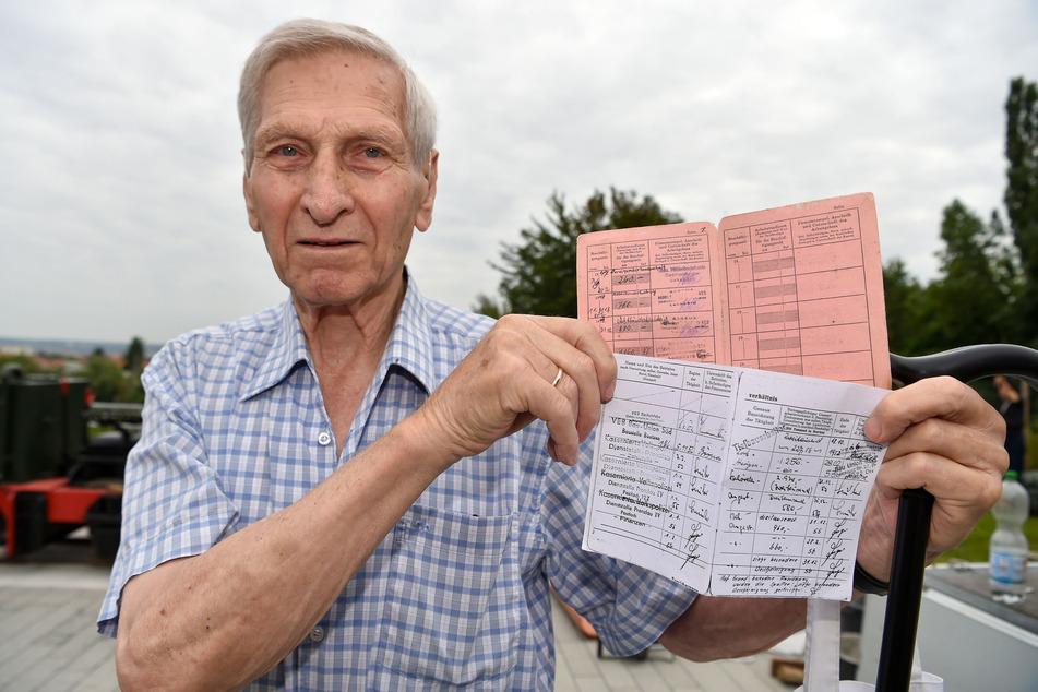 Trümmerbahn-Heizer Klaus Jürgen Werner (88) zeigt seine Arbeitsnachweise.