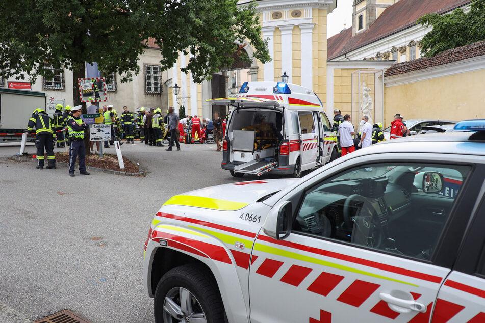 Rettungskräfte an der Unfallstelle auf dem Wochenmarkt in Sankt Florian.